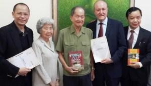 Từ trái qua ông Nguyễn Quang Minh, bà Tám Thảo, ông Tư Cang, ông Larry Berman và Nguyễn Văn Phước chụp hình lưu niệm chung sau lễ ký kết hợp tác