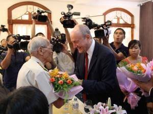 Giáo sư Larry Berman tặng hoa cho đồng đội của thiếu tướng Phạm Xuân Ẩn trong lễ ra mắt sách Điệp viên hoàn hảo X6 tại TP.HCM - Ảnh: First news
