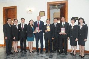 GS Larry Berman tham gia đặt bảng đồng nơi Thiếu tướng tình báo Phạm Xuân Ẩn từng làm việc