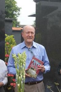 GS Larry Berman trước mộ Thiếu tướng tình báo Phạm Xuân Ẩn