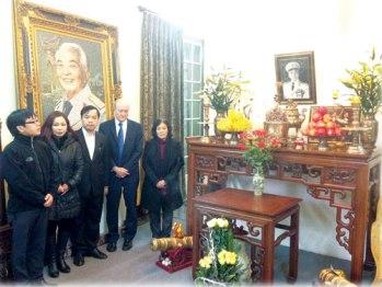 Dịch giả Đỗ Hùng (ngoài cùng, bìa trái) và Giáo sư Larry Berman (người thứ 4 từ trái sang) tại nhà cố Đại tướng Võ Nguyên Giáp - Ảnh: First News