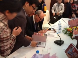 professor-larry-berman-signs-copies-of-the-new-edition-of-his-book-about-legendary-spy-pham-xuan-an-for-delegates-and-readers-during-the-book-launch-in-hanoi-photo-vov-1444075-anh-1-512x384